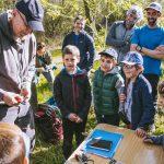 Anillamiento de aves con las escuelas infantiles de escaladores. Actúa.