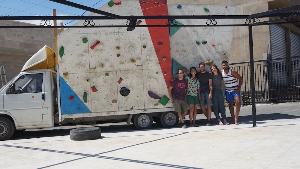 """""""Parte del equipo de voluntarios con los que compartí mi estancia. De izquierda a derecha: Yo [Lucas de Jesús], Vicky (Australia), Markus (Alemania), Joannyd (Canadá) y Mohammad (Líbano)"""