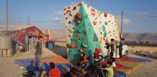 Una de las sesiones semanales de ClimbAID en el Líbano. Al fondo, detrás de esas montañas, se encuentra la frontera con Siria.