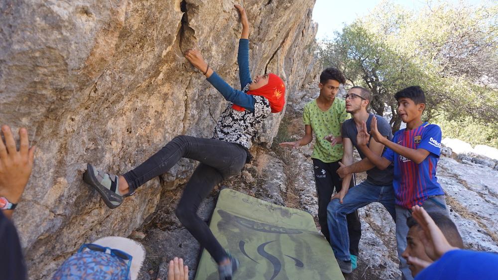 """""""Sesión de boulder en roca en uno de los lugares que encontramos por la zona. No solíamos tener muchas chicas en los grupos, pero las que participaban lo hacían dejando claro que ellas tenían el mismo derecho a aprender y disfrutar que ellos""""."""