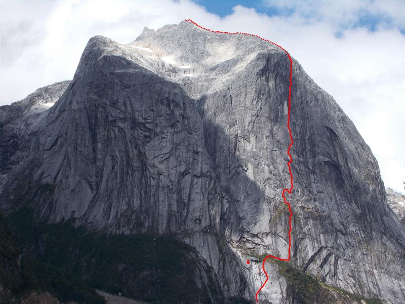 El trazado de 'Sincronia Màgica' (1180 m, A3+/6a+), por Sílvia Vidal. Primera a la cara oeste del Cerro Chileno Grande, región de Aysén, Patagonia Chilena. ©Sílvia Vidal