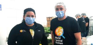 La chef Karla Hoyos y Miguel Merino en World Central Kitchen.