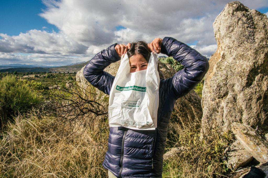 Recogida de basura con bolsas biodegradables y compostables.