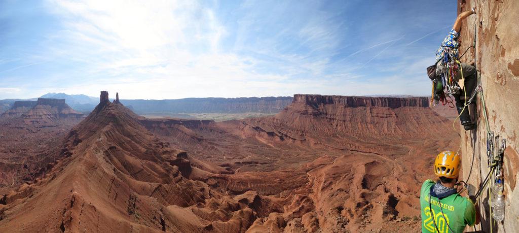 Escalando en el desierto. Y sí, con camisa. ©Clownclimbing