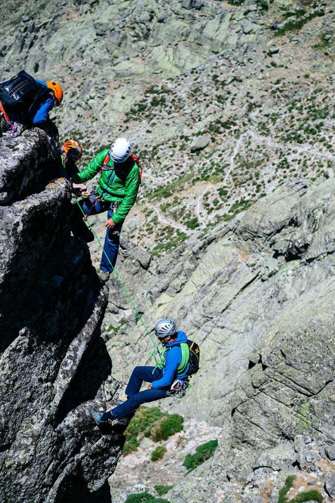 """""""El terreno de los guías de Escalada es la roca (rutas de escalada y vías ferrata) y también los parques de aventura. Además pueden dedicarse a la formación, el entrenamiento, el equipamiento de vías y, cada vez más, al trabajo en espacios indoor""""."""