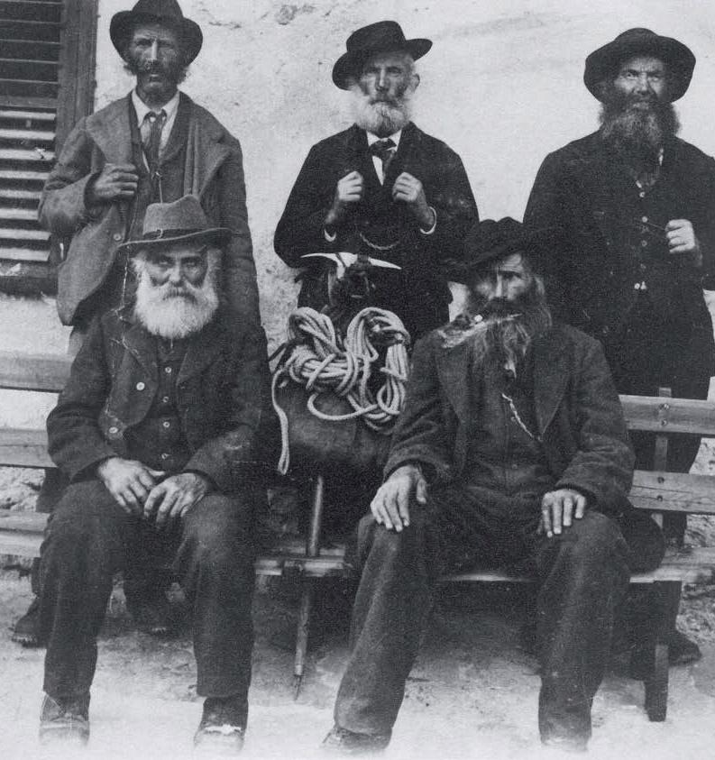 Desde la formación de la Compañía de Guías de Chamonix en 1821, los guías de montaña se han asociado para defender su oficio y ofrecer profesionalidad. En la imagen, Jean Antoine Carrel, hacia 1880, con otros guías de los Alpes italianos.