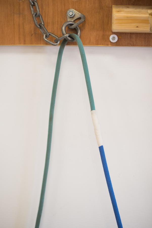 Hemos unido los cabos de dos cuerdas para sustituir una por otra en un toprope.