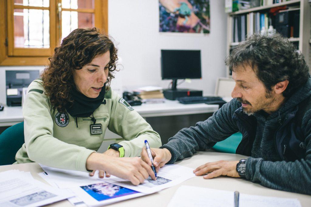 José Luis Núñez (representante de Escalada Sostenible) diseña el plan de regulaciones anual junto a los agentes forestales de la CAM.