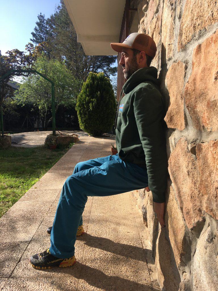 Yo entreno con mis muebles. Usamos las paredes para estirar, apoyar la espalda y hacer sentadillas isométricas.