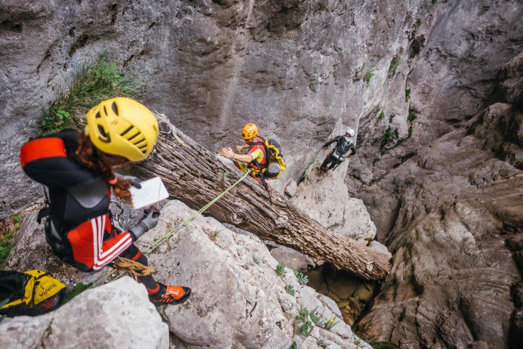 Trabajos de caracterización geológica y biológica en los ríos en roca de un parque nacional. La progresión en el cañón se hace empleando métodos de fortuna, evitando instalar material nuevo.