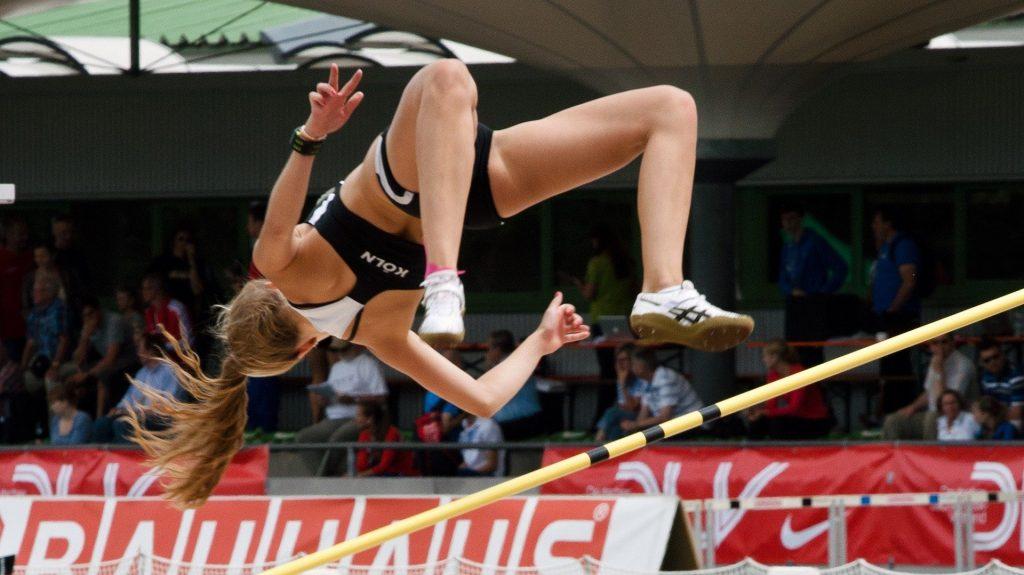El salto de altura de atletismo se caracteriza por un entorno fijo que permite al deportista ensayar su ejecución sobre condiciones invariables, pulir el modelo y reproducirlo en la competición.