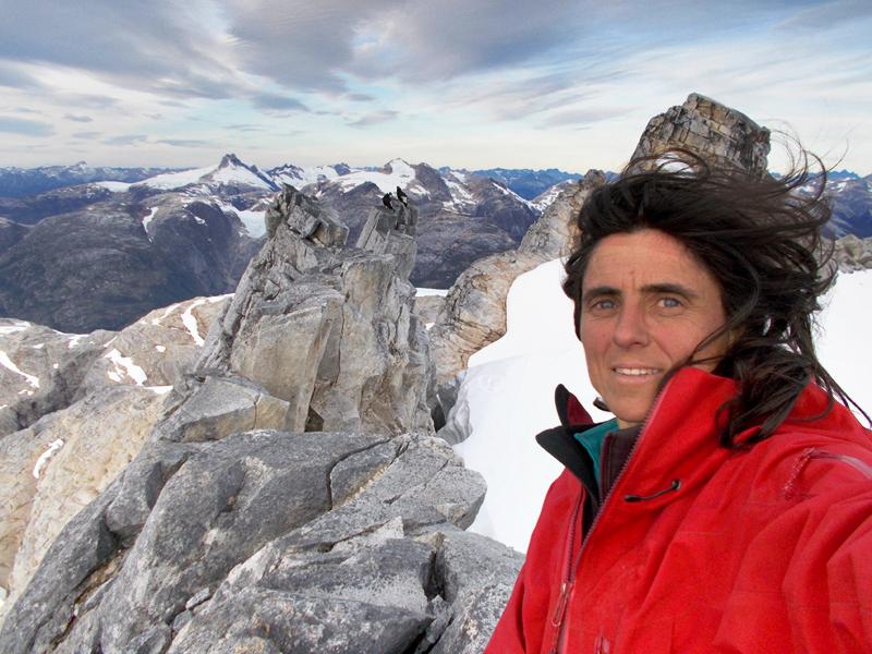 Sílvia Vidal en la cima del Cerro Chileno Grande acompañada por dos cóndores. ©Sílvia Vidal