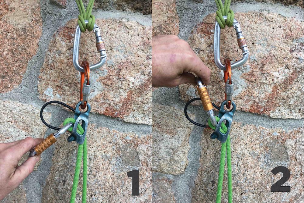 Método básico de descender a un segundo de cuerda con un Reverso. Sin soltar la cuerda inactiva, levanta el mosquetón por el que pasa la cuerda y bájalo. Esto casi siempre es suficiente, lento, pero suficiente.