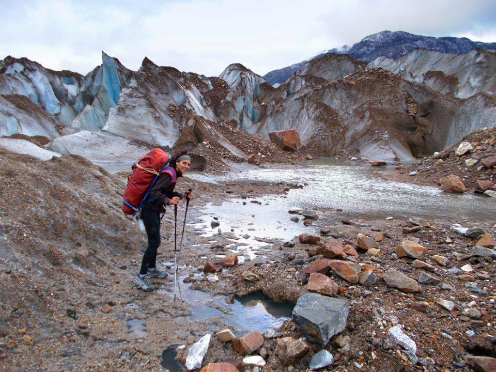 Sílvia Vidal en uno de los porteos por el glaciar a la cara oeste del Cerro Chileno Grande. ©Sílvia Vidal