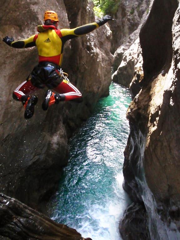 El salto, un medio habitual de progresión. A veces necesario, a veces no. Mejor hacerlo sin gritar ni tocar el fondo (Garganta del Ara, Sobrarbe). ©R. García