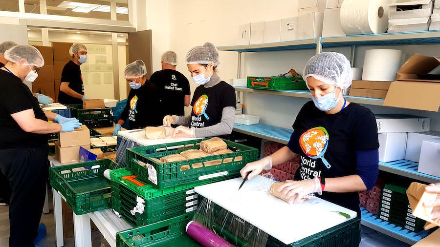 Trabajo de envasado en World Central Kitchen. ©Miguel Merino