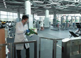 Hamilton Hung, de la Universidad de Ciencia y Tecnología de Hong Kong, rocía desinfectante Germagic en las instalaciones del Instituto de Deportes de Hong Kong. ©Germagic