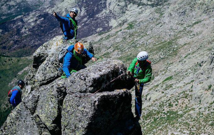 Guiaje en una cresta de Gredos. ©Dani Castillo