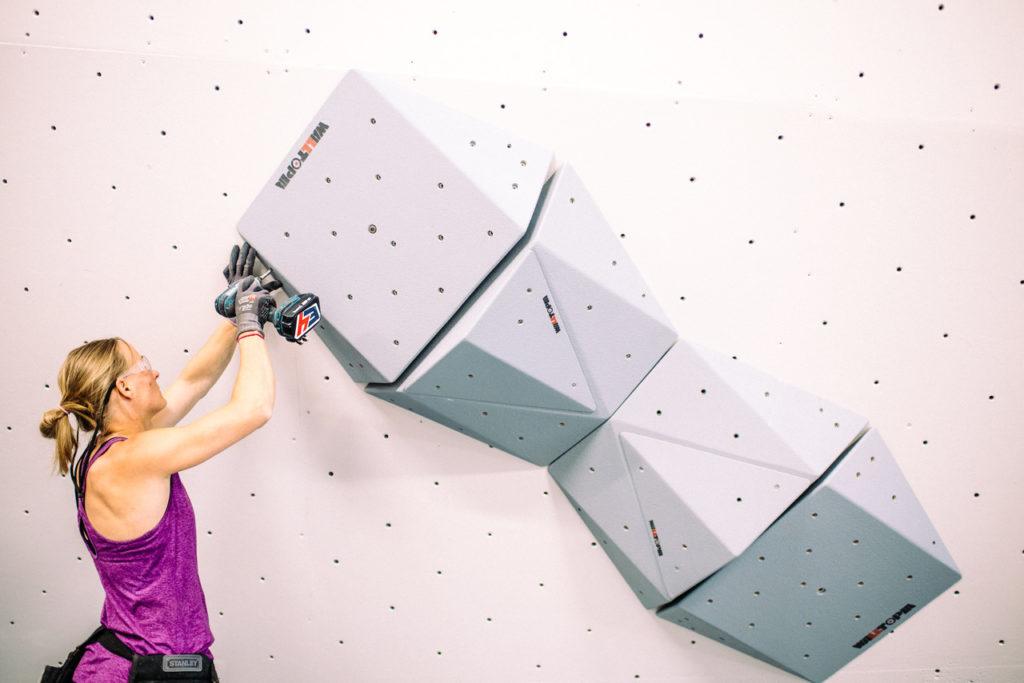 Mari trabaja con nuevos volúmenes en la sala de bloque.