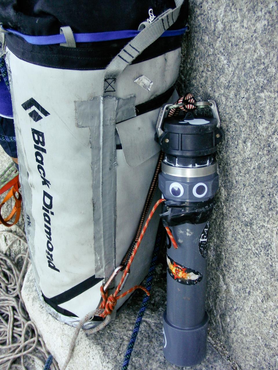 Un tubo-caca de fabricación casera en una repisa de la Nose del Capitán. ©ClownClimbing