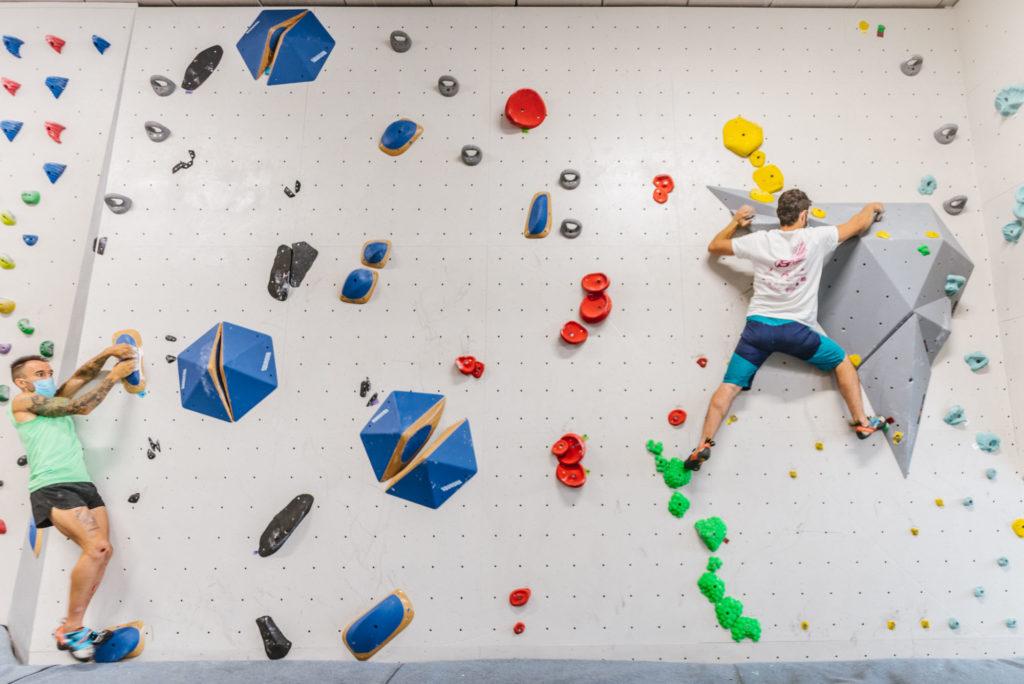 Escaladores hacen boulder con mascarilla en Sputnik.
