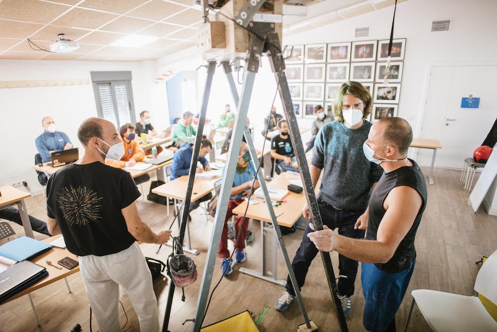 """Pedro Bergua, a la izquierda, y su """"máquina de medir"""" durante una clase en la formación del TD3 de Escalada."""