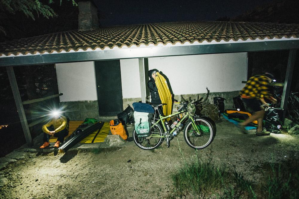 Refugio de cazadores en el alto de Serranillos. Un sitio perfecto para la primera noche.