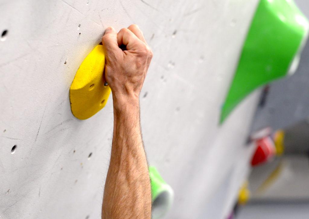 En el agarre en arqueo, el empleo del dedo pulgar aumenta la fuerza empleada.