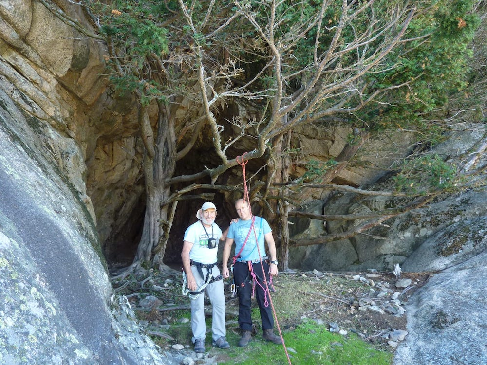 Desiderio y Javier Lozano en la Cueva de la Mora (Pedriza) durante una de sus incursiones cartográficas.