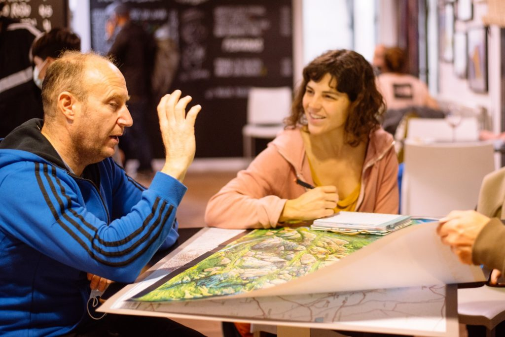 José, amigo de Desiderio, y María junto al mapa que Javier Lozano dibujó para su hijo.