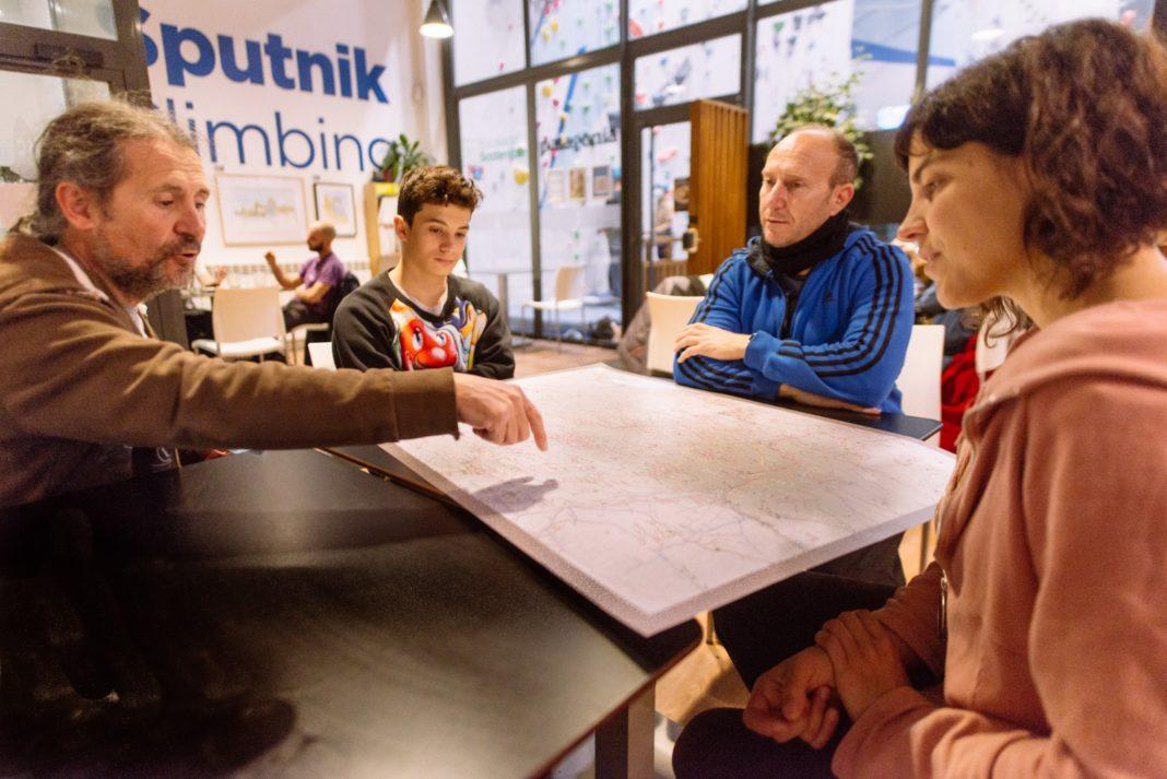 Javier Lozazo, a la izquierda, muestra el mapa de Desiderio a su hijo Izan (a su izquierda), José y María.